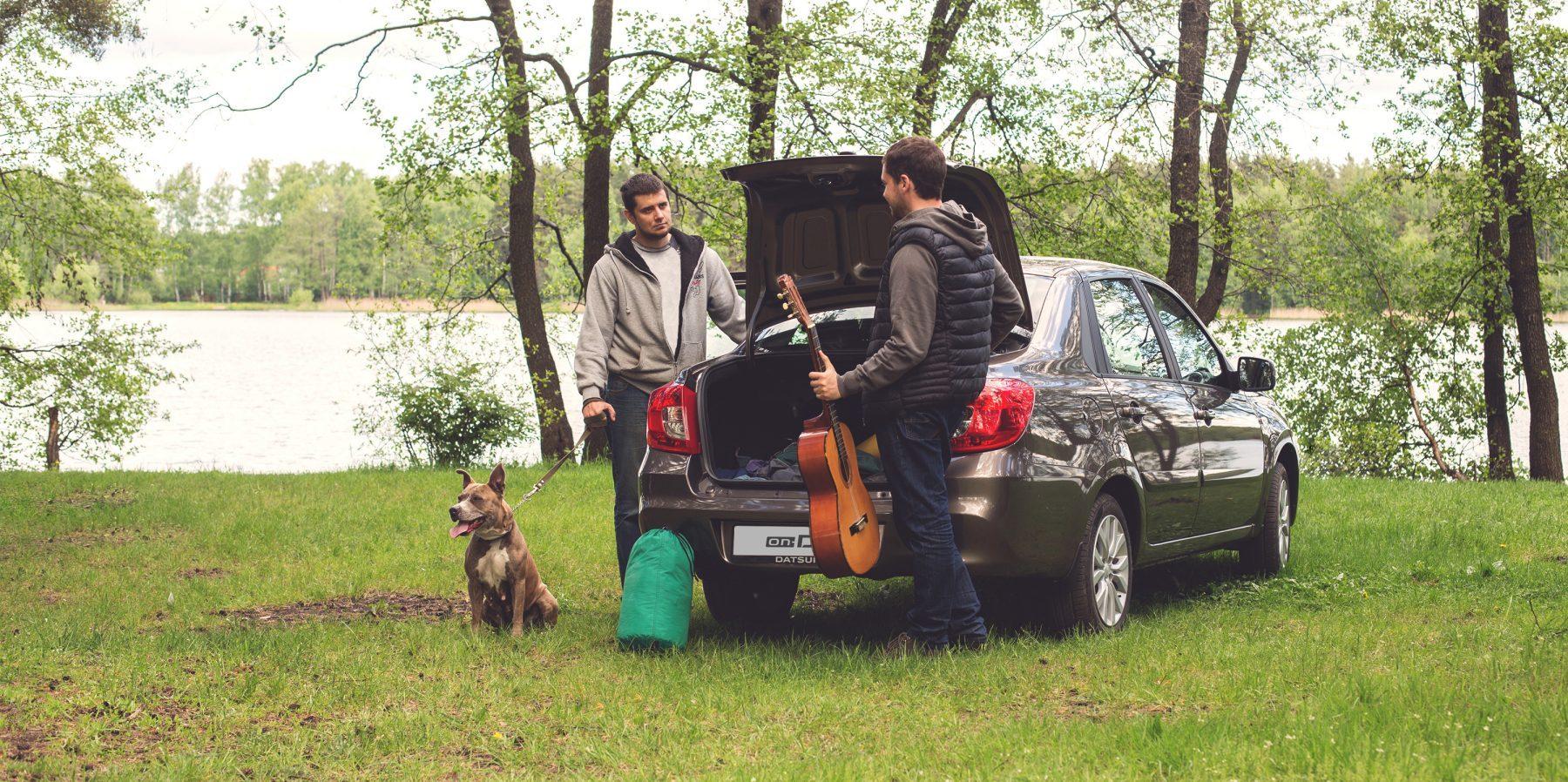 Друзья едут влесной поход наавтомобиле Datsun.