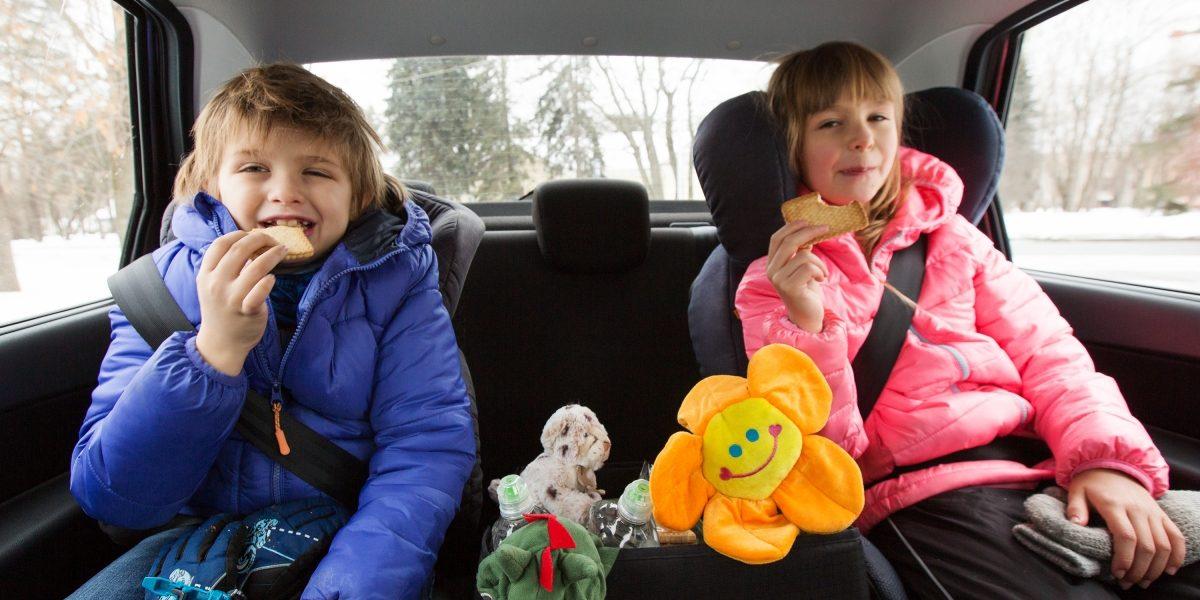 Дети играют вавтомобиле Datsun