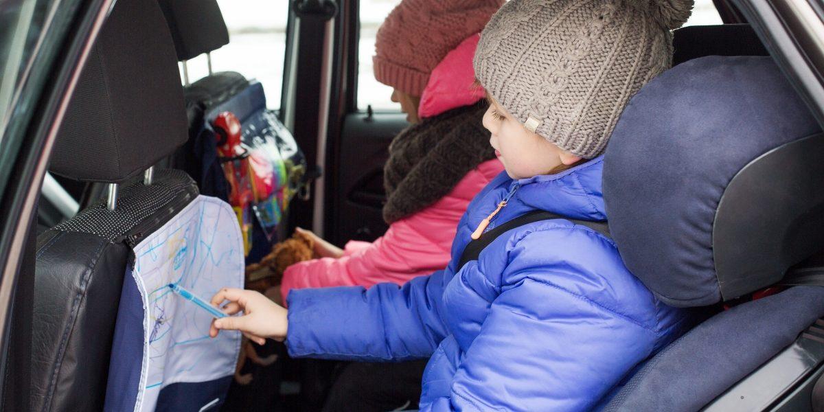 Дети играют ирисуют нанакидке длярисования вавтомобиле Datsun