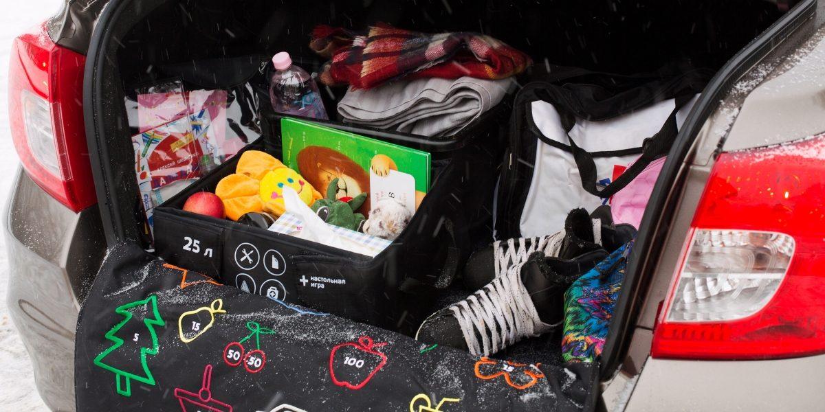 Багажник автомобиля Datsun ссамыми необходимыми вещами дляпутешествия сребёнком