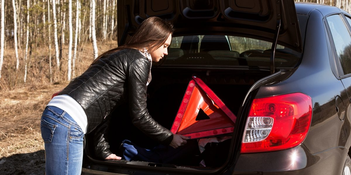 Знак аварийной остановки вавтомобиле Datsun